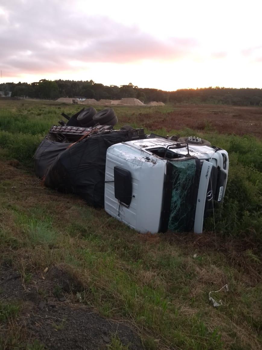 Motorista perde controle e capota caminhão na BR 476 próximo ao Posto Amigão