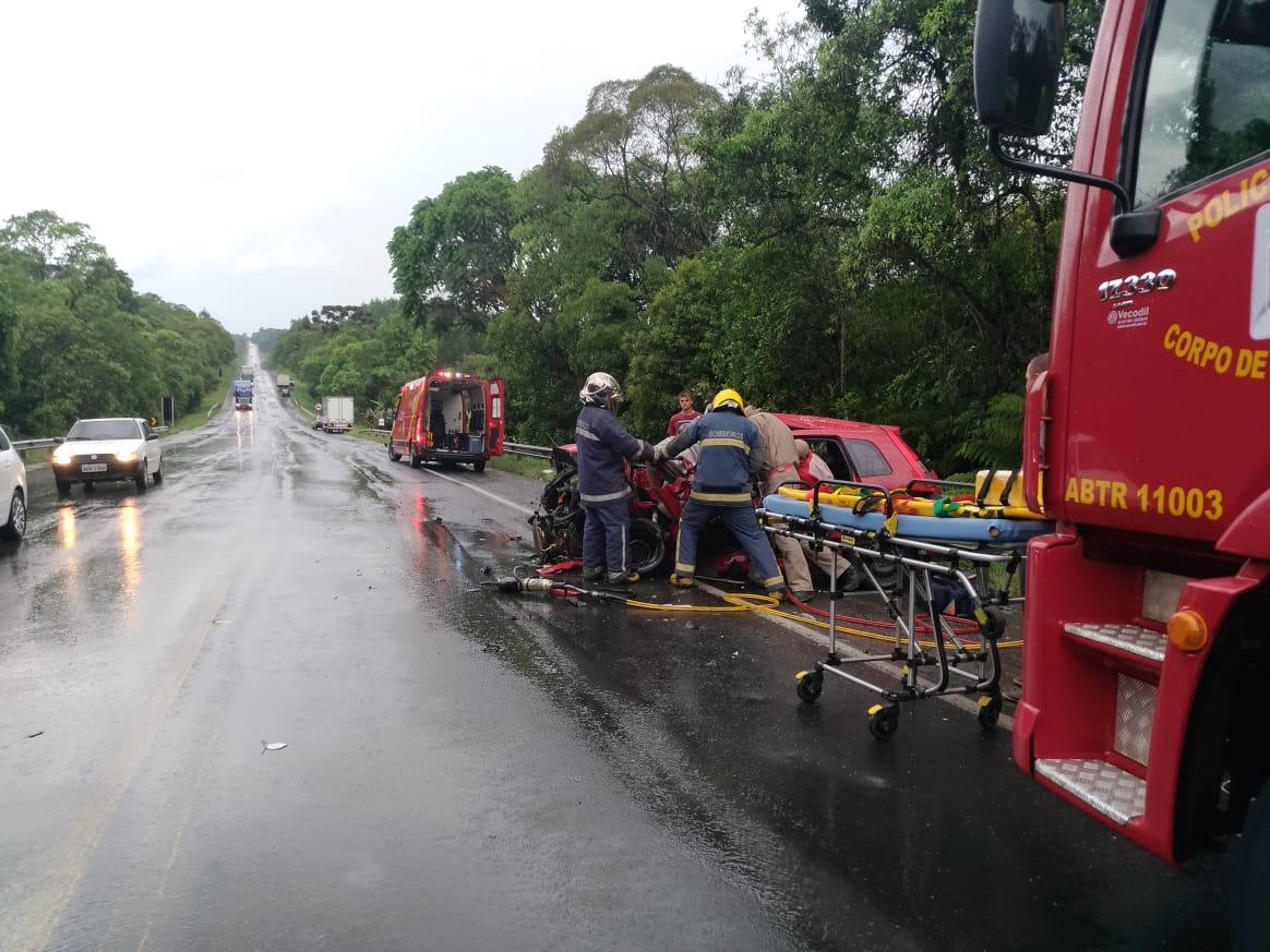 Motorista morre após bater na traseira de caminhão na BR-476