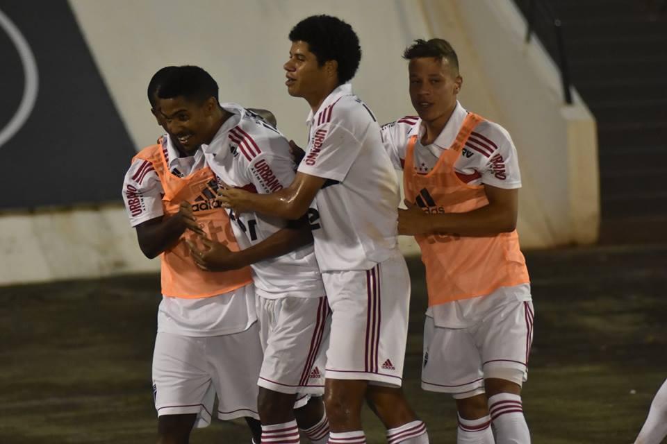 São Paulo vence e avança e Fla tropeça na Copinha