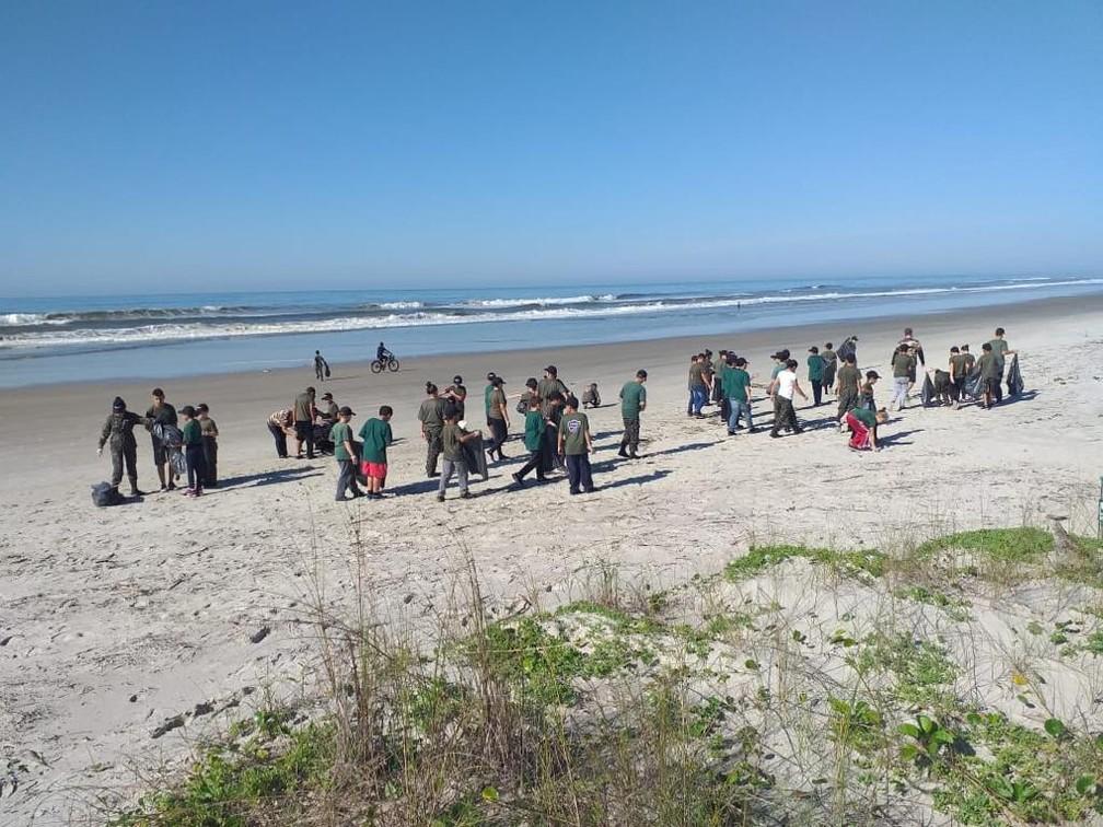 Voluntários retiram 350 kg de lixo de praias no Paraná, diz ONG