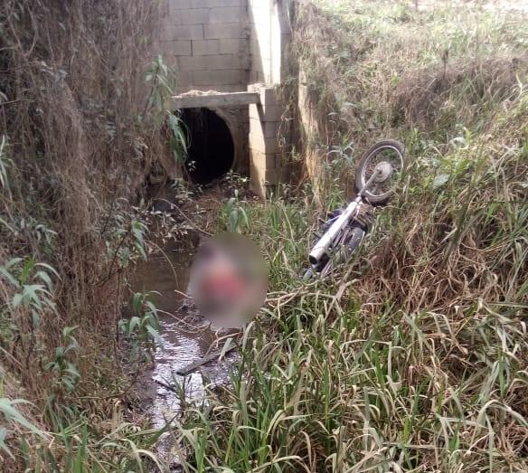 Homem é encontrado morto na Vila Amaral em São Mateus do Sul, na tarde deste sábado numa valeta