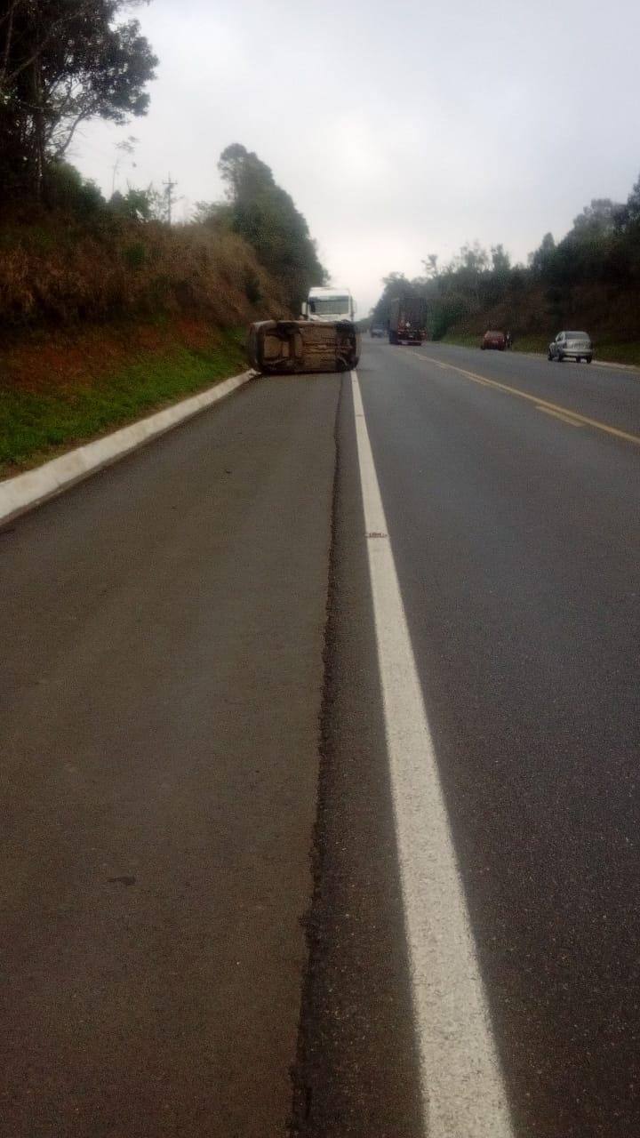 Carro roda na pista, capota e deixa motorista ferida na BR-476, em São Mateus do Sul