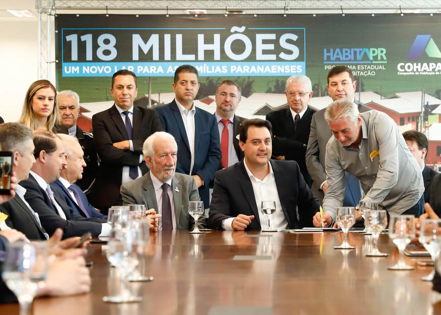 Bacil comemora anúncio de   Ratinho Jr para 1.494 casas.   424 moradias são na região