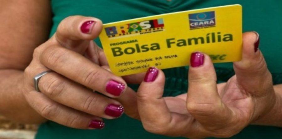 Bolsonaro assina medida que concede 13º pagamento do Bolsa Família