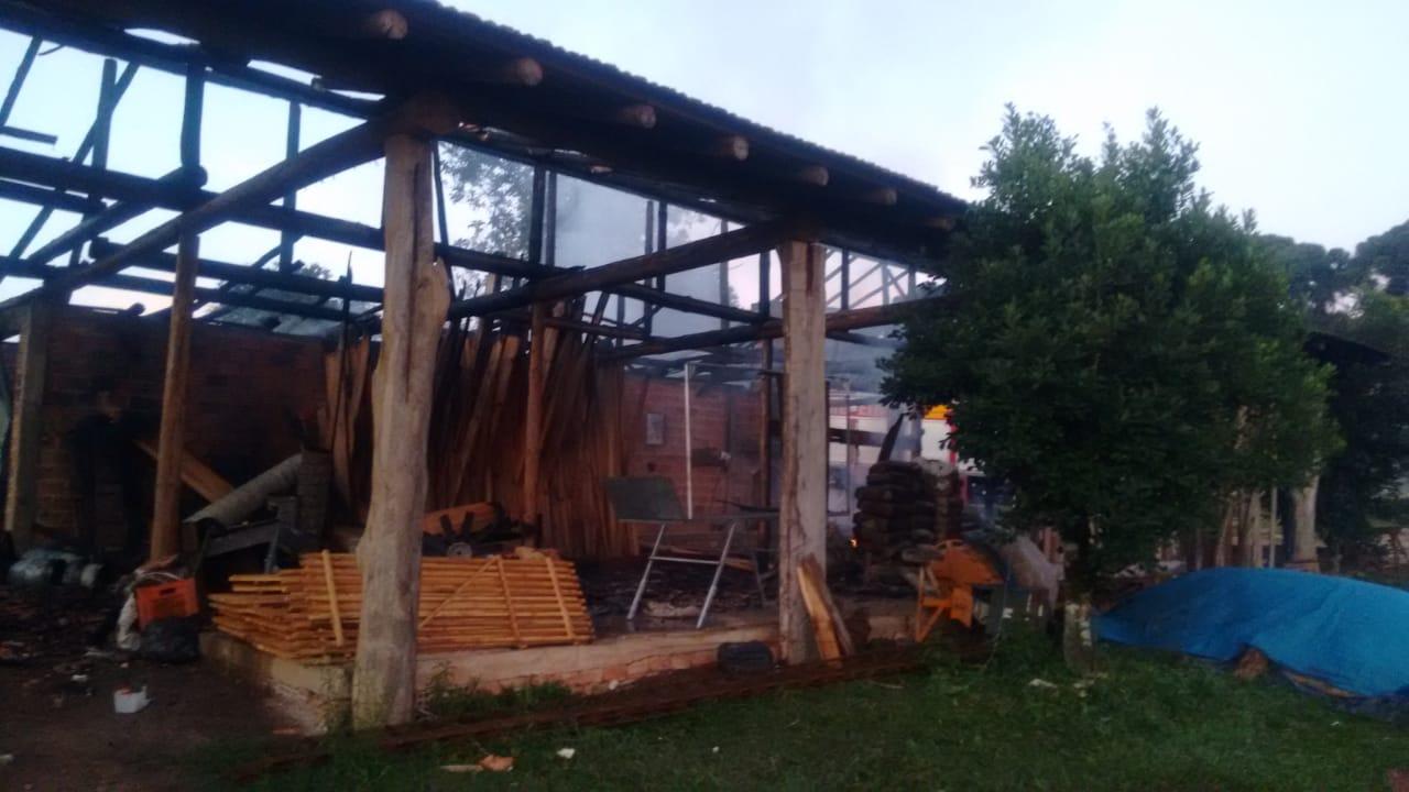 Incêndio destrói uma estufa de   fumo no interior de Canoinhas