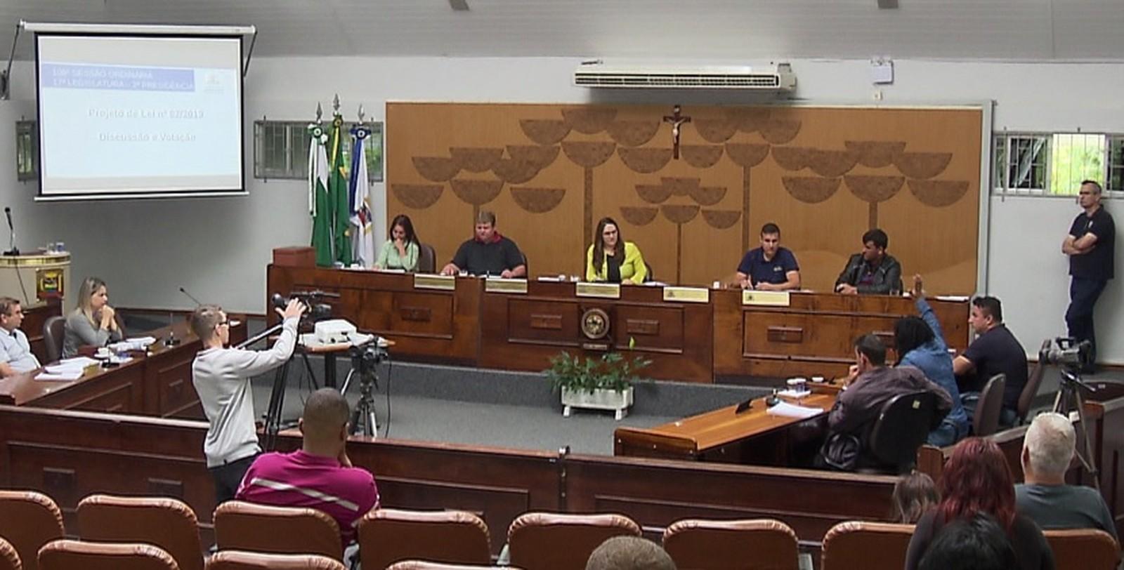 Câmara Municipal de Araucária aprova aumento Salarial de R$ 5.992 para   R$ 9.584,45 aumento de 60% nos salários dos vereadores