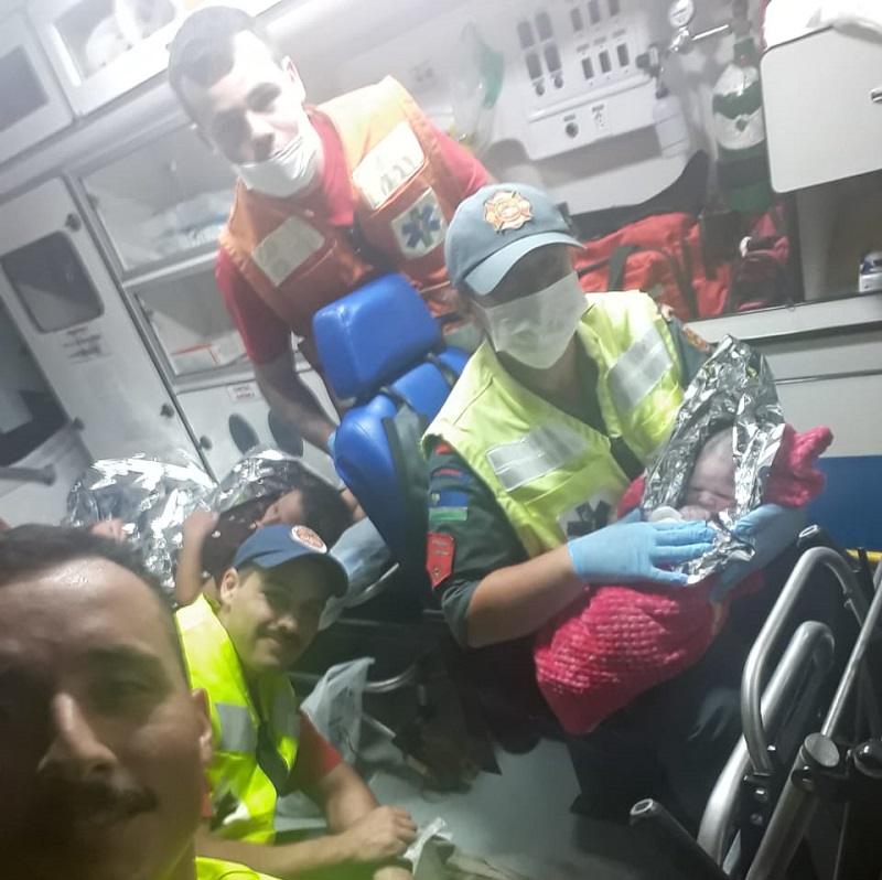 Jovem tem trabalho de parto em carro com auxílio dos bombeiros