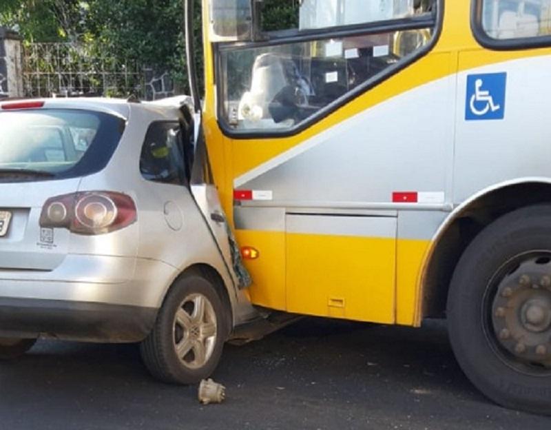 Mulher morre após batida violenta entre ônibus e carro em União da Vitória. Sua irmã está na UTI