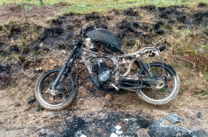 Após desentendimento em bar, homem tem moto furtada e queimada em São João do Triunfo