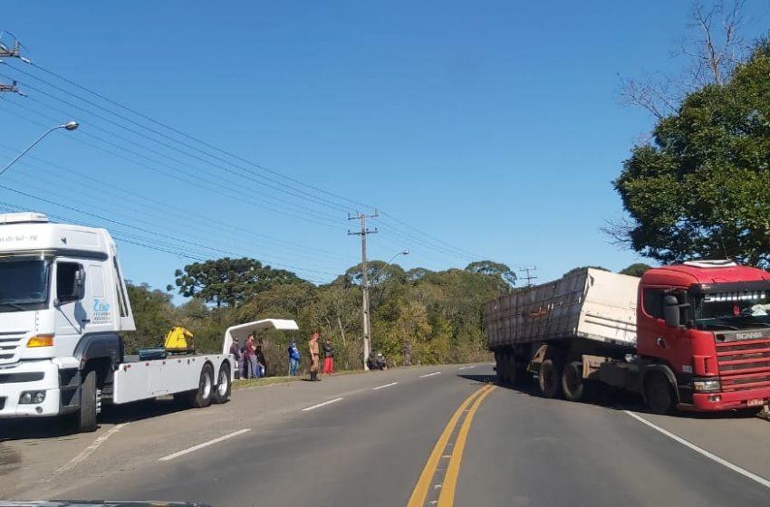 Dois acidentes com carretas são registrados na PR-151