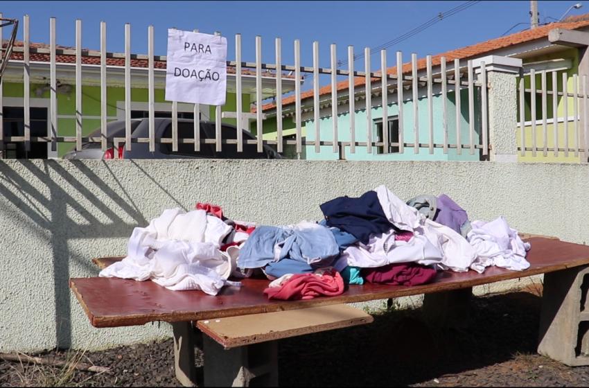 SOLIDARIEDADE: Morador de São Mateus do Sul realiza doação de roupas em frente sua casa