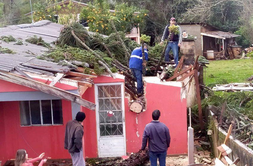 Tempestade e vendaval deixam casas danificadas e sem energia