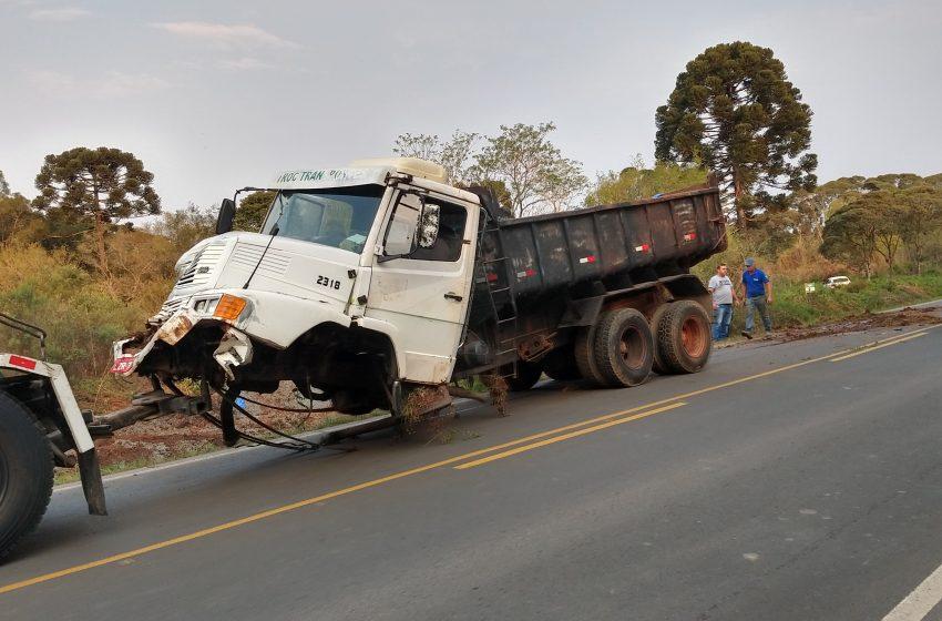 Caminhão tomba após sair da pista em São Mateus do Sul