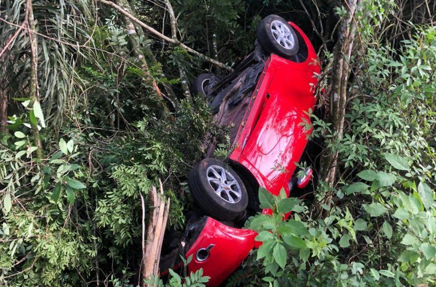 Carro sai da pista na BR-476 e condutor fica ferido em São Mateus do Sul