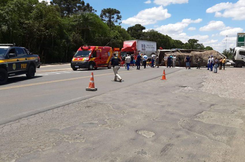 Acidente entre carretas deixa condutor ferido e preso às ferragens na BR-476
