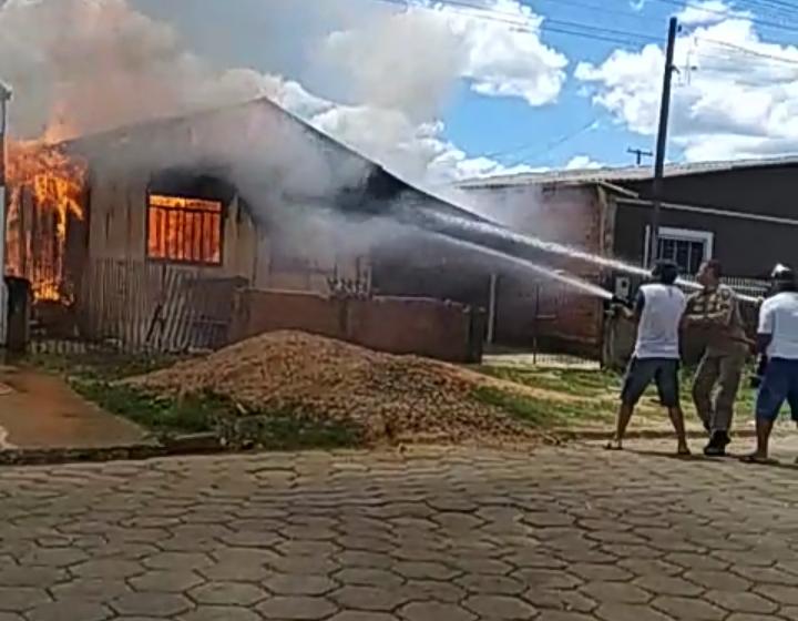 Vídeo: casa é destruída pelo fogo em São Mateus do Sul