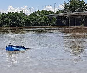 Caminhão pipa vai parar dentro do Rio Iguaçu em União da Vitoria