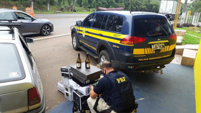 A PRF aborda dois veículos e apreende  vinho importado ilegalmente