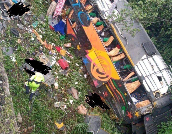 Ônibus de turismo tombou em Guaratuba deixando pessoas mortas e feridas
