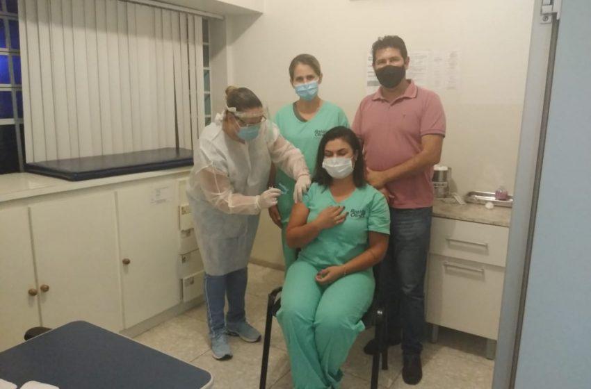 Antônio Olinto recebe vacinas e inicia imunização contra Coronavírus