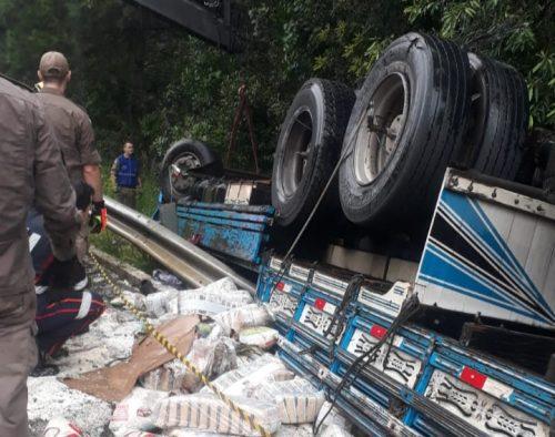 Caminhão carregado de arroz tomba na Serra do Leão em União da Vitória e carga é saqueada