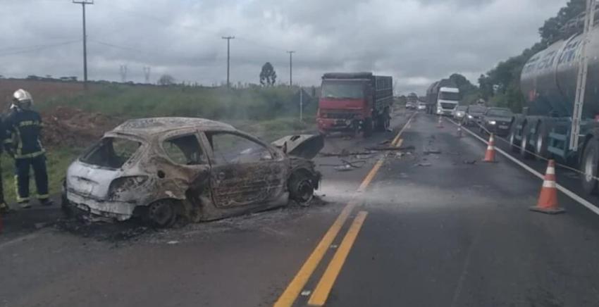 Na Rodovia do Xisto motorista morre dentro do carro que pegou fogo após colisão com caminhão