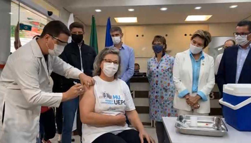Caminhão com 1º lote de vacinas chega a PG e enfermeira é a primeira vacinada