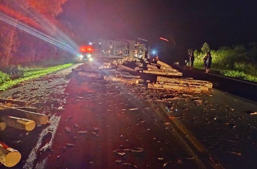 Na noite de quarta-feira (6) caminhão com toras tombou na BR-277