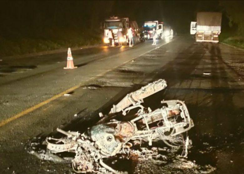 Motociclista morre ao bate de frente com caminhão na BR-476
