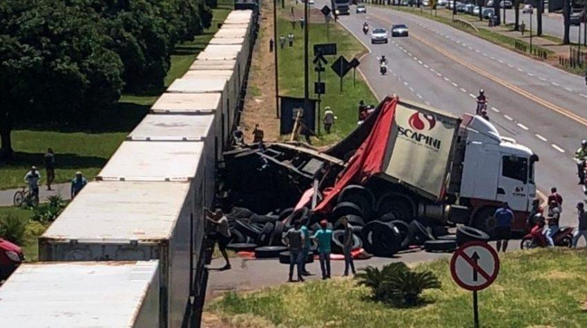 Trem bate em caminhão no norte do Paraná