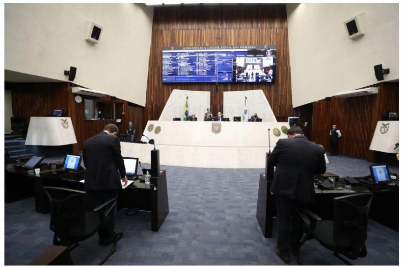 Lei torna atividades educacionais essenciais no Paraná e pode inibir greves