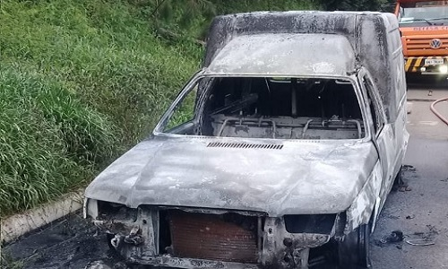 Veículo carregado de mercadorias pega fogo