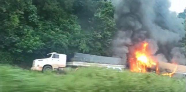 Pai e filho dirigiam caminhões diferentes quando se envolvem em acidente no Paraná