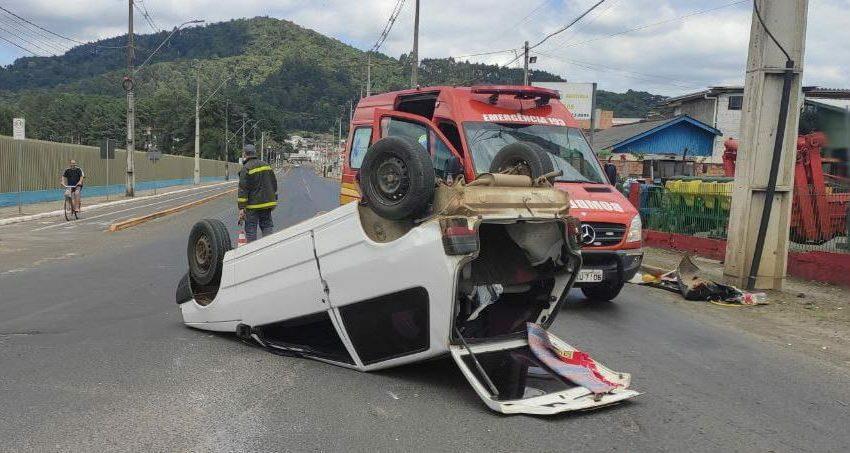 Veículo bate e capota em rotatória de Porto União