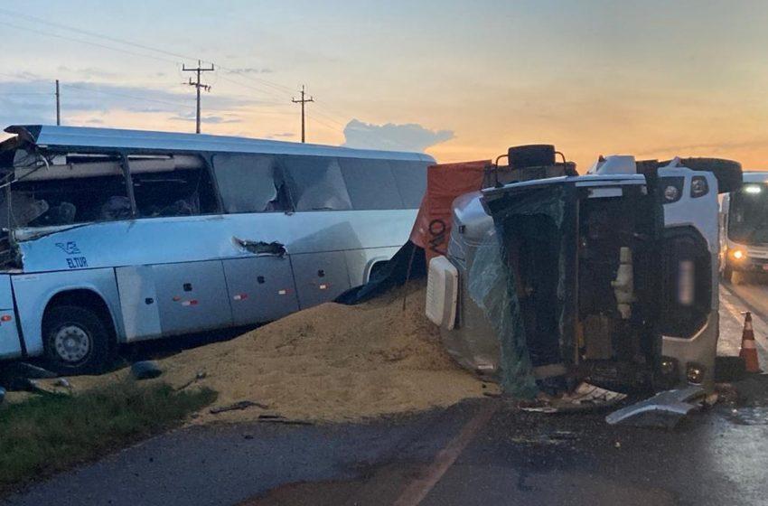 Grave acidente envolve dois caminhões, um carro e um ônibus na BR-277