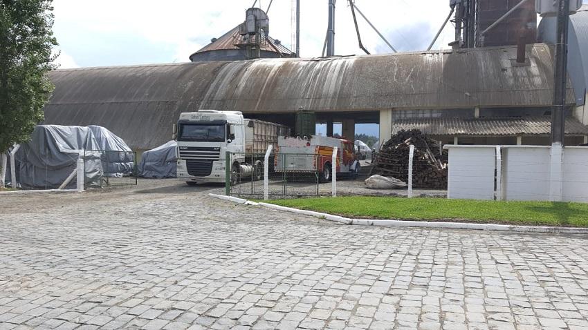 Bombeiros combatem incêndio em silo no município de Major Vieira