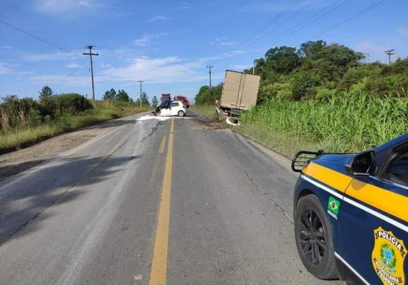 Mulher morre após colisão entre carro e caminhão em Rebouças