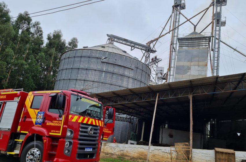 Bombeiros são acionados para combater incêndio em um silo