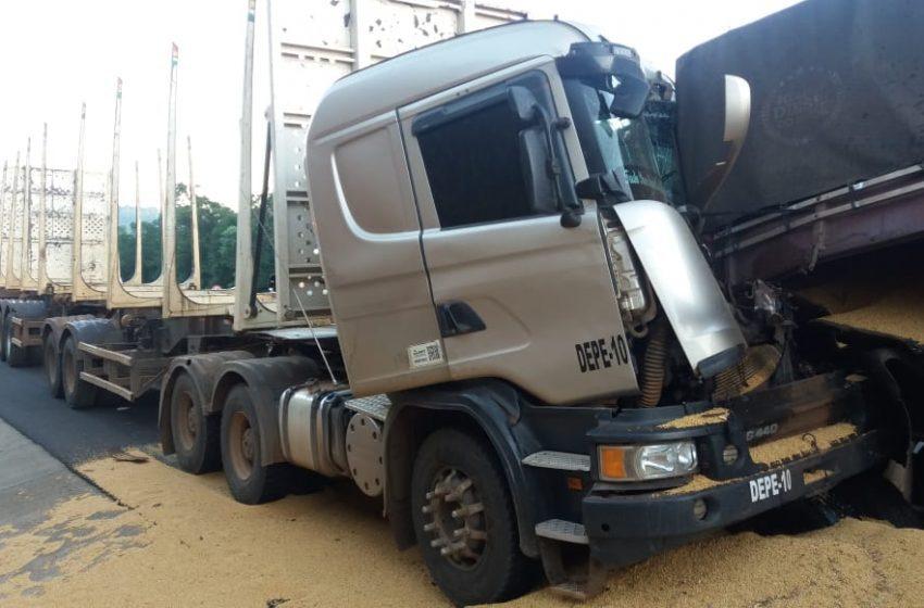 Motorista fica preso nas ferragens em acidente entre caminhões na BR-376