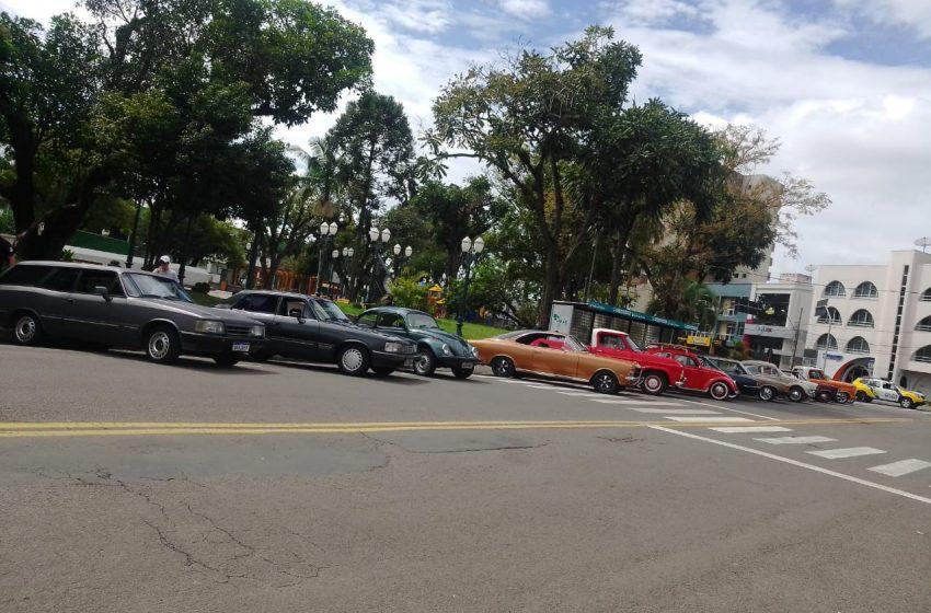 Apaixonados por carros antigos prestam homenagem em memória do padre Silvano