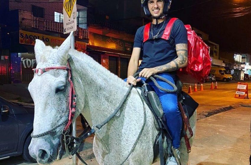 Dono de lanchonete faz delivery a cavalo em BH