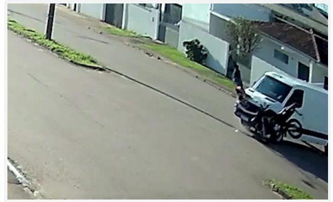 """Motociclista que caiu de pé após mortal em acidente diz """"Me daria nota 10"""""""