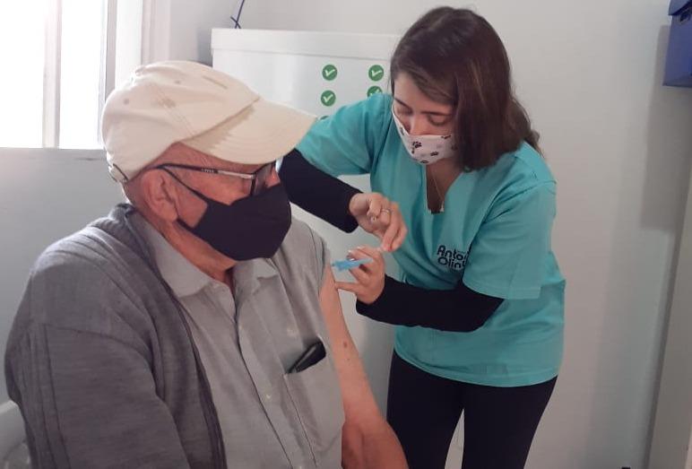 Antônio Olinto vacina idosos com 69 anos contra Covid-19 e imuniza cidadãos da gripe