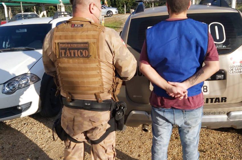 Homem com mandado de prisão em aberto por roubo é preso após denuncia