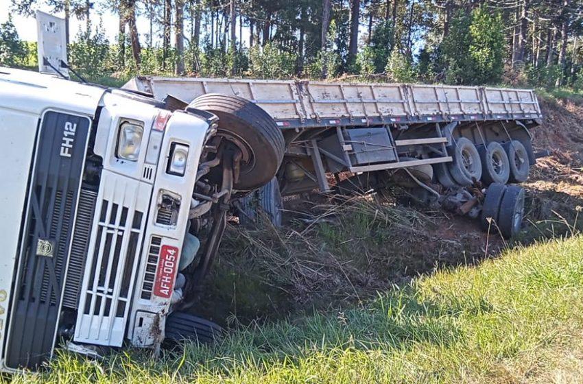 Carreta sai da pista e tomba para não colidir de frente com outro caminhão na PR-151