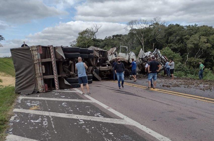 Grave acidente entre dois caminhões e um carro na BR 476