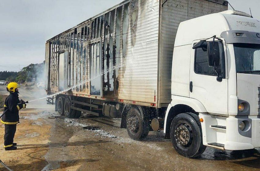 Caminhão carregado de caixões pega fogo