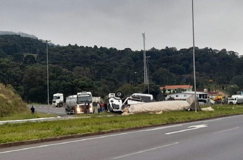 Caminhão tomba no trevo de acesso à Bituruna, na BR-153. Supostamente com problemas mecânicos