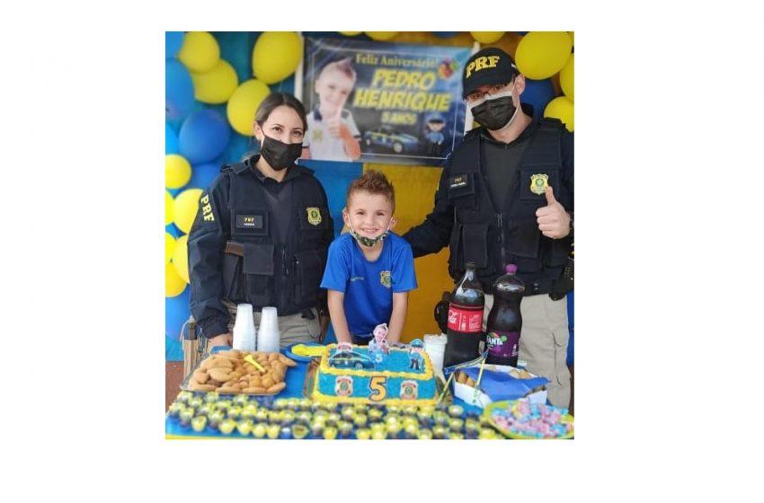 Menino recebe visita surpresa da PRF no seu aniversário