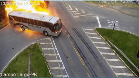 Uma pessoa morreu em um acidente entre carro, ônibus e caminhão na PR-423